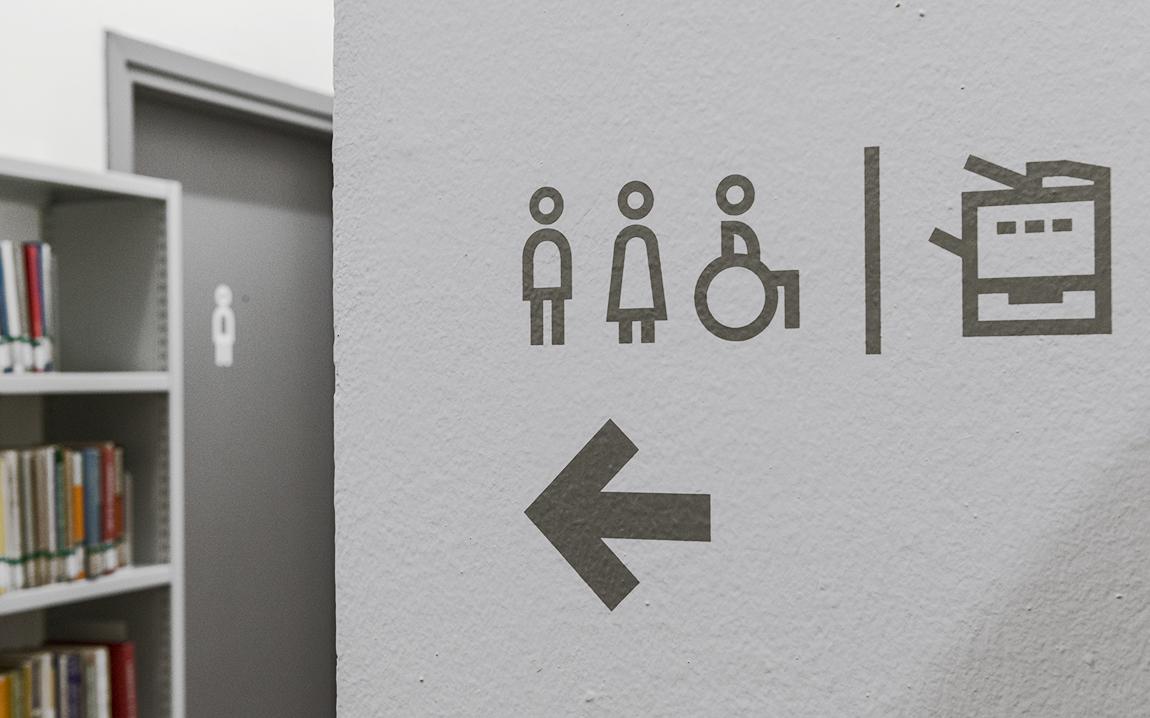 uniud-biblioteca-indicazioni-muro-2