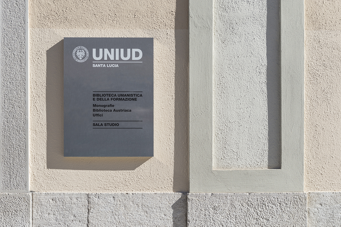 uniud-biblioteca-targa-esterna